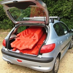 Two-piece in back of Peugeot 206
